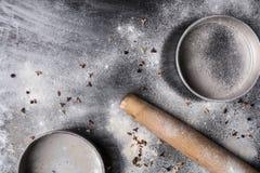 Κυλώντας καρφίτσα και κενές φόρμες κέικ στον πίνακα κουζινών Στοκ φωτογραφία με δικαίωμα ελεύθερης χρήσης
