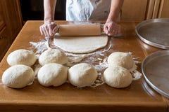 Κυλώντας καρφίτσα που κατασκευάζει τη ζύμη για την πίτσα Στοκ φωτογραφία με δικαίωμα ελεύθερης χρήσης