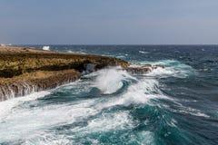 Κυλώντας κυματωγή που συντρίβει επάνω στους βράχους Στοκ εικόνα με δικαίωμα ελεύθερης χρήσης