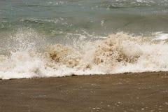 Κυλώντας συντρίβοντας κύματα στοκ εικόνες με δικαίωμα ελεύθερης χρήσης