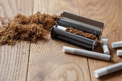 Κυλώντας τσιγάρα χεριών Στοκ Εικόνες