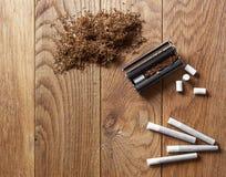 Κυλώντας τσιγάρα χεριών Στοκ φωτογραφία με δικαίωμα ελεύθερης χρήσης