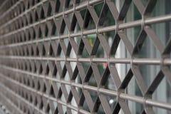 Κυλώντας τυφλοί παραθυρόφυλλων μετάλλων στο κατάστημα Στοκ Εικόνες