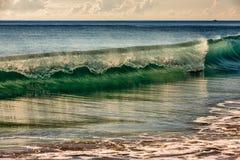 Κυλώντας ωκεάνιο κύμα στοκ φωτογραφίες