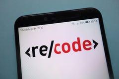 Κωδικοποιήστε εκ νέου το λογότυπο που επιδεικνύεται στο smartphone στοκ φωτογραφία