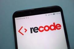 Κωδικοποιήστε εκ νέου το λογότυπο που επιδεικνύεται στο smartphone στοκ φωτογραφίες