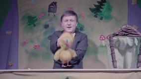 Κωμική απόδοση του θεάτρου μαριονετών Κοτόπουλο παιχνιδιών απόθεμα βίντεο