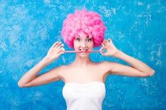 Κωμικοί κορίτσι/γυναίκα/έφηβος με τη ρόδινη περούκα Στοκ Φωτογραφίες