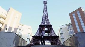 Κωμικός mime που γύρω από τον κοντινό πύργο του Άιφελ φιλμ μικρού μήκους