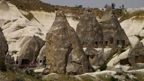 Κωνικοί σχηματισμοί βράχου με τις ενάρξεις απόθεμα βίντεο