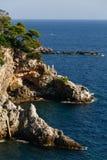 Κωνοφόρη δύσκολη ακτή στην αδριατική θάλασσα σε Dubrovnik, Κροατία Στοκ φωτογραφία με δικαίωμα ελεύθερης χρήσης