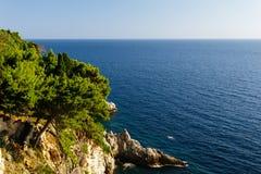 Κωνοφόρη δύσκολη ακτή στην αδριατική θάλασσα σε Dubrovnik, Κροατία Στοκ Φωτογραφίες