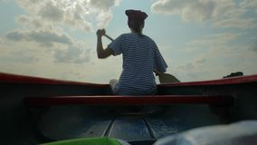 Κωπηλασία σε κανό σε μια λίμνη απόθεμα βίντεο