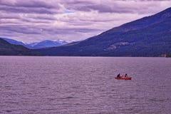 Κωπηλασία σε κανό Whitefish στη λίμνη στοκ εικόνα με δικαίωμα ελεύθερης χρήσης