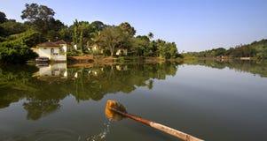 Κωπηλασία στη λίμνη και αντανάκλαση στο ύδωρ στοκ φωτογραφίες