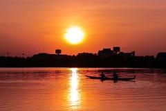 Κωπηλασία του καγιάκ στο ηλιοβασίλεμα Στοκ φωτογραφίες με δικαίωμα ελεύθερης χρήσης