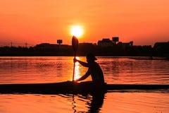Κωπηλασία του καγιάκ στο ηλιοβασίλεμα Στοκ εικόνες με δικαίωμα ελεύθερης χρήσης