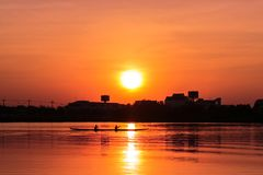 Κωπηλασία του καγιάκ στο ηλιοβασίλεμα Στοκ φωτογραφία με δικαίωμα ελεύθερης χρήσης