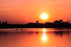 Κωπηλασία του καγιάκ στο ηλιοβασίλεμα Στοκ εικόνα με δικαίωμα ελεύθερης χρήσης