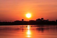 Κωπηλασία του καγιάκ στο ηλιοβασίλεμα Στοκ Φωτογραφίες