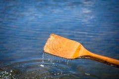 Κωπηλασία του κουπιού βαρκών στο νερό Στοκ Εικόνες