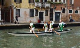 Κωπηλατώντας ομάδα Venetain στο κανάλι Βενετία Ιταλία Cannaregio Στοκ Φωτογραφίες