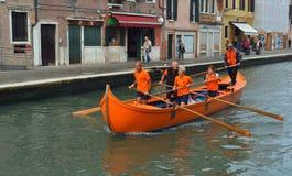 Κωπηλατώντας ομάδα Venetain στο κανάλι Βενετία Ιταλία Cannaregio Στοκ φωτογραφία με δικαίωμα ελεύθερης χρήσης