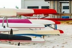 Κωπηλατώντας την αθλητική βάρκα ομάδων προετοιμαστείτε να ανταγωνιστείτε στοκ φωτογραφίες