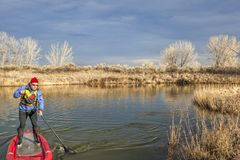 Κωπηλατώντας τη διογκώσιμη στάση paddleboard επάνω στοκ εικόνες με δικαίωμα ελεύθερης χρήσης
