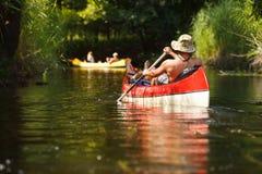 Κωπηλασία ανθρώπων στον ποταμό στοκ εικόνα