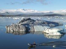 Κωπηλασία μεταξύ των παγόβουνων του Hugh την τέλεια καιρική ημέρα, λιμνοθάλασσα παγετώνων Jokulsarlon, Ισλανδία Στοκ εικόνα με δικαίωμα ελεύθερης χρήσης