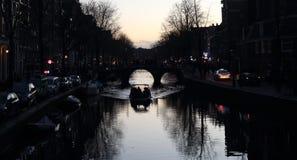 Κωπηλασία σε ένα κανάλι στο Άμστερνταμ, Ολλανδία Στοκ φωτογραφία με δικαίωμα ελεύθερης χρήσης