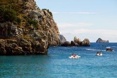 Κωπηλασία στη Μεσόγειο από την ακτή της Κέρκυρας Ελλάδα Στοκ εικόνα με δικαίωμα ελεύθερης χρήσης