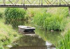Κωπηλασία της βάρκας σε ένα ρεύμα Στοκ εικόνα με δικαίωμα ελεύθερης χρήσης