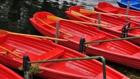 Κωπηλασία της βάρκας σε μια πρόσδεση στοκ φωτογραφία με δικαίωμα ελεύθερης χρήσης