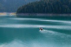 Κωπηλασία της βάρκας στη λίμνη Στοκ Φωτογραφία