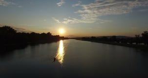 Κωπηλασία της βάρκας στη λίμνη Jarun στο ηλιοβασίλεμα απόθεμα βίντεο