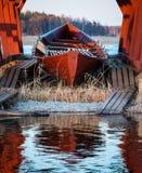 Κωπηλασία της βάρκας στο καταφύγιο Στοκ Εικόνες