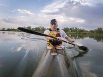 Κωπηλατώντας καγιάκ θάλασσας αγώνα Στοκ Φωτογραφίες