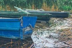 Κωπηλατώντας τις βάρκες που δένονται από τη λίμνη Στοκ Εικόνα