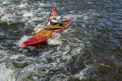 Κωπηλατώντας whitewater καγιάκ Στοκ Φωτογραφία