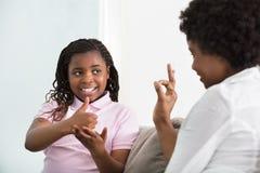 Κωφή γλώσσα σημαδιών ομιλίας μητέρων με την κόρη της στοκ εικόνες