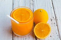 Κόβεται για να αφαιρέσει το χυμό από πορτοκάλι που πίνει και που τρώει και που είναι υγιή στοκ φωτογραφίες