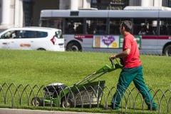 Κόβοντας εργαζόμενος κηπουρών (πλατεία Venezia - Ρώμη) Στοκ φωτογραφία με δικαίωμα ελεύθερης χρήσης