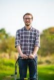 κόβοντας νεολαίες ατόμων χλόης Στοκ φωτογραφία με δικαίωμα ελεύθερης χρήσης