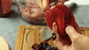 Κόβοντας ψημένο πιπέρι κουδουνιών και μαγειρεύοντας μακαρόνια Bolognese στην κουζίνα απόθεμα βίντεο