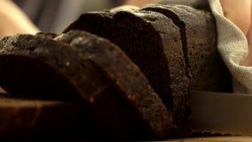 Κόβοντας brow ψωμί απόθεμα βίντεο