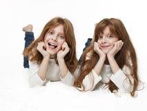 Κόκκινα δίδυμα κοριτσιών Στοκ Εικόνες