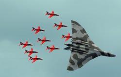 Κόκκινα αεριωθούμενα αεροπλάνα βελών και vulcan βομβαρδιστικό αεροπλάνο Στοκ εικόνες με δικαίωμα ελεύθερης χρήσης