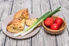 Κόκκινα αυγά Πάσχας σε ένα κύπελλο με το κρεμμύδι άνοιξη Στοκ φωτογραφία με δικαίωμα ελεύθερης χρήσης